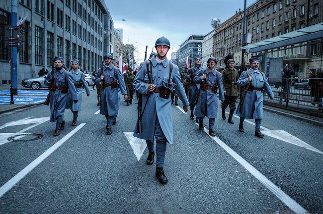 Реконструкторы висторических костюмах польских солдат наулицах Варшавы, 11ноября 2017 года