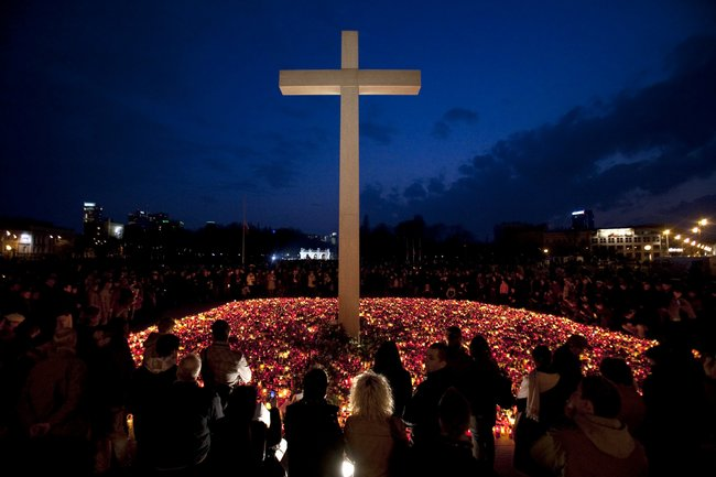 Мемориал погибшим вкатастрофе под Смоленском наплощади Пилсудского вВаршаве, 11апреля 2010 года