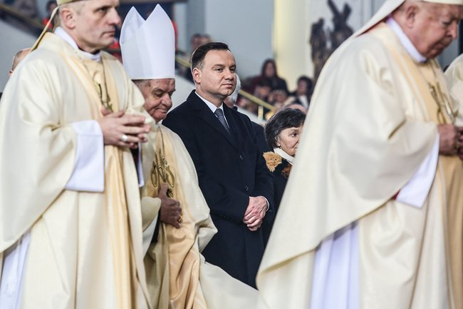 Президент Польши Анджей Дуда (вцентре) нацеремонии коронации Христа королем Польши, 19ноября 2016 года