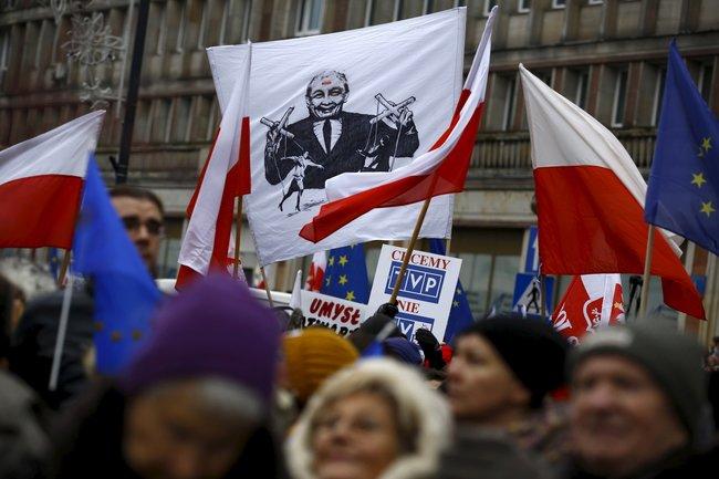 Антиправительственная демонстрация засвободу СМИ вВаршаве, 9января 2016 года. Набаннере изображен Ярослав Качиньский