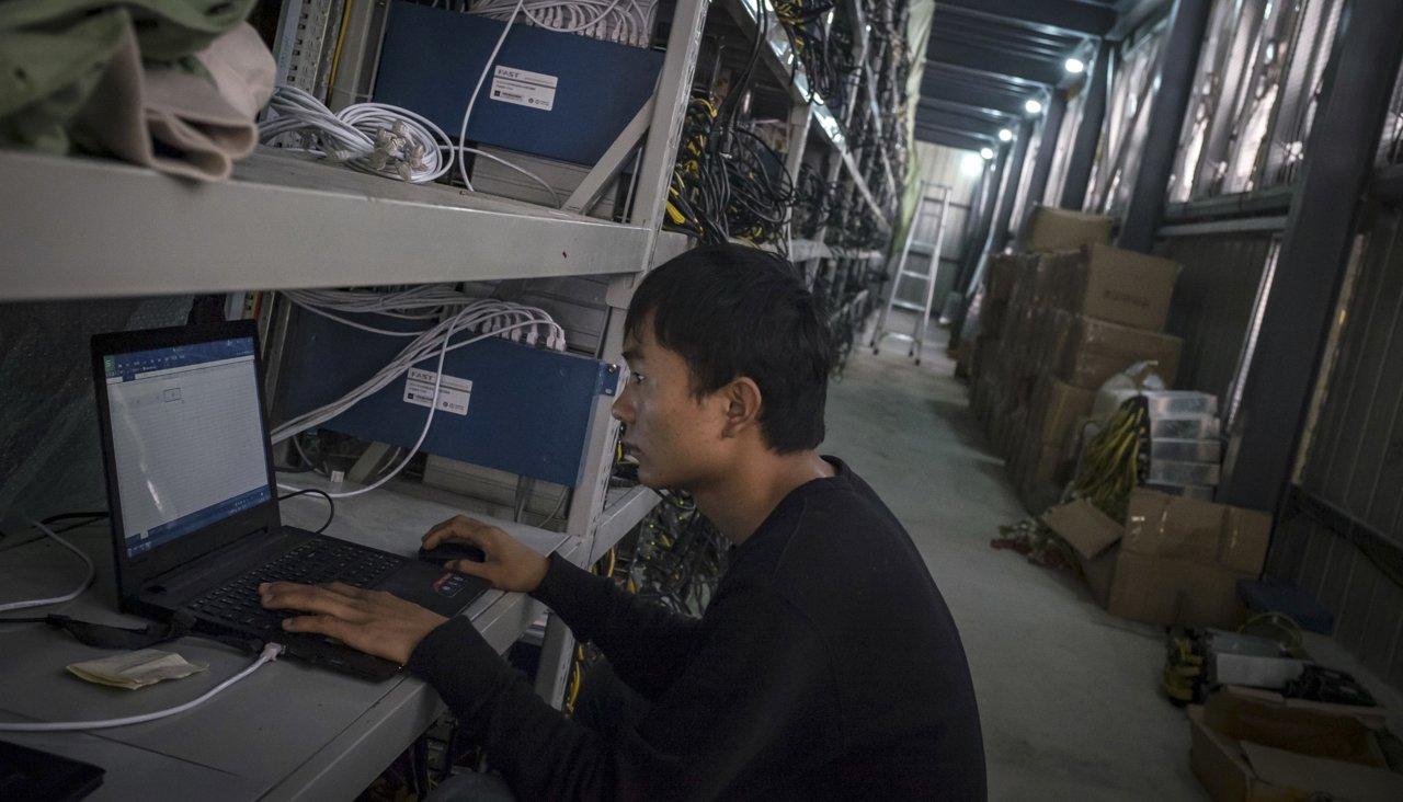 Китайский майнер криптовалюты Chinatopix  AP Scanpix  LETA