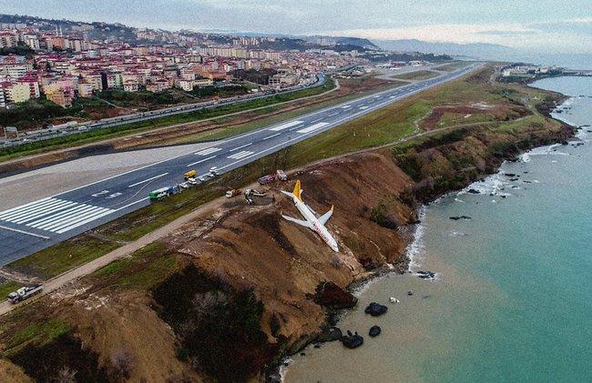 Самолет Boeing 737 авиакомпании Pegasus днем 14января прилетел ваэропорт Трабзон насевере Турции изАнкары. Вовремя посадки самолет соскользнул совзлетно-посадочной полосы иостановился насклоне внескольких метрах отморя. Все пассажиры ичлены экипажа живы.