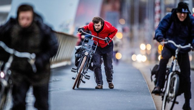 Буря вЕвропе. ВНидерландах ветер срывает крыши домов исбивает людей сног. Видео