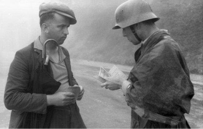 Проверка документов немецким солдатом. Италия, 1944 год