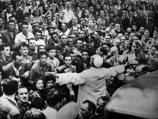 Речь папы римского Пия XII, который призывал католическую церковь оказать поддержку евреям.Рим, 1943 год