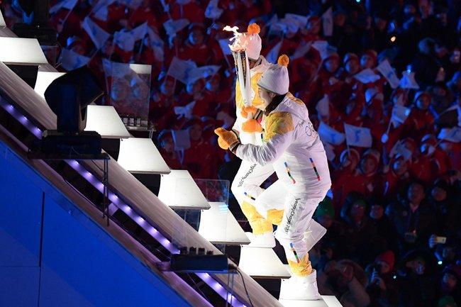 Олимпийский огонь зажгла фигуристка КимЮНа. Она завоевала «золото» в2010 году вВанкувере