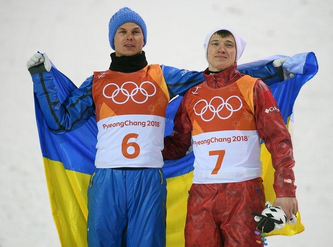 Украинец Александр Абраменко (слева) ироссиянин Илья Буров после финала соревнований повоздушной акробатике наОлимпиаде вПхенчхане. Абраменко выиграл золотую медаль, Буров завоевал бронзу.