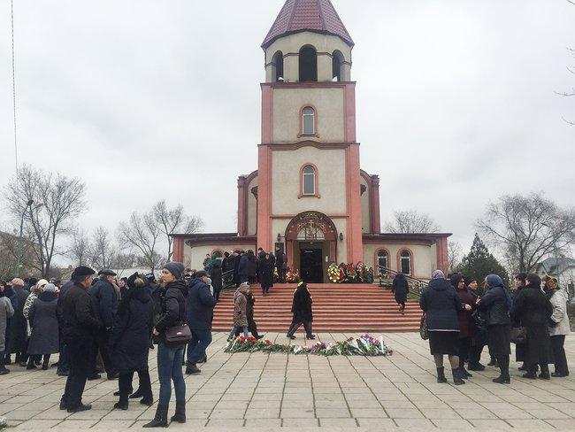 Похороны жертв теракта вКизляре усобора Георгия Победоносца, 20февраля 2018 года