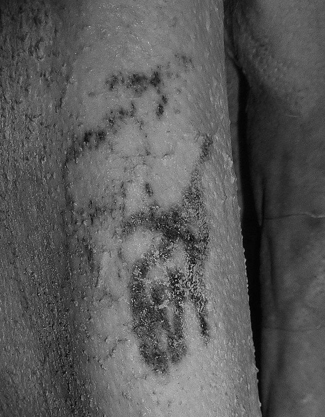 Татуировки направой руке мужчины изГебелейна: дикий бык игривистый баран