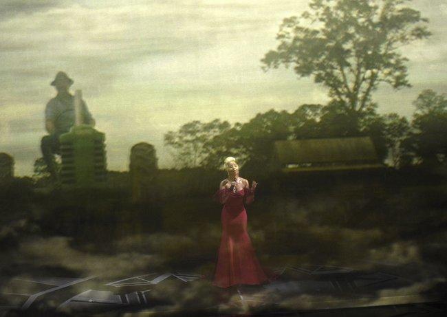 "Мэри Джей Блайдж поет песню «Mighty River» изфильма «Ферма ""Мадбаунд""»"