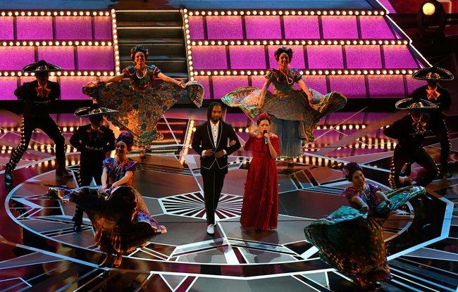 Мигель иНатальяЛафуркаде представляют песню «Remember me» измультфильма «Тайна Коко»