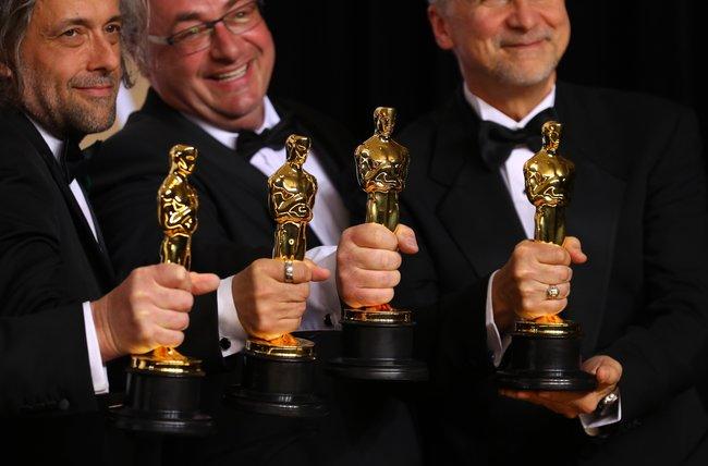 Джон Нельсон, Герд Нефцер иПол Ламберт с«Оскаром» залучшие визуальные эффект. Фильм «Бегущий полезвию 2049»
