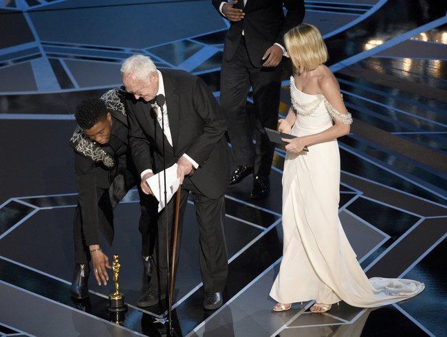 Актер Чедвик Боузман иДжеймс Айвори спремией залучший адаптированный сценарий фильма «Зови меня своим именем». Теперь Айвори— старейший лауреат «Оскара»