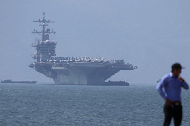 Во Вьетнам прибыл американский авианосец