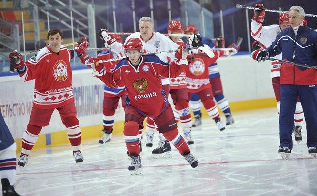 Владимир Путин входе тренировки команды «Легенды советского хоккея», 18ноября 2011 года