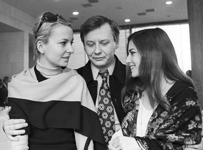 Французские актрисы Женевьева Казиль, Франсуаз Фалькон иОлег Табаков. Прием, посвященный гастролям вСССР французского театра «Комеди Франсез». 1978 год