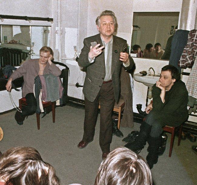 Табаков сактерами театра-студии наулице Чаплыгина после спектакля. 10апреля 1988 года