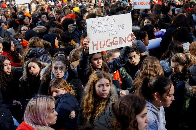 """Тысячи школьников вразных городах США 14марта покинули классы ивышли наулицы взнак протеста против свободной продажи оружия встране. Митинги под общим названием «Национальная школьная забастовка» стартовали вгородах Восточного побережья США в10:00 поместному времени (18:00 поМоскве) ибудут начинаться ровно вэтоже время вкаждом часовом поясеСША. Планируется, что какции протеста присоединятся <a href=""""https://www.womensmarch.com/enough-faq"""" target=""""_blank"""">2500 школ</a> повсей стране. Каждый митинг продлится 17 минут— столько людей месяц назад были убиты при стрельбе вшколе«Марджори Стоунман Дуглас» вгородеПаркленд(штат Флорида). После трагедии ученики старших классов «Марджори Стоунман Дуглас» начали протестовать против свободного оборота оружия; кним присоединились школьники повсей стране. Еще один масштабный митинг организаторы протеста планируют провести 24марта вВашингтоне."""