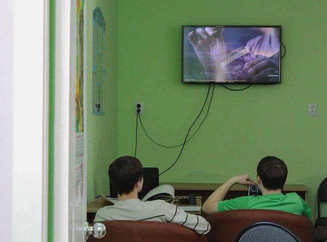 Подростки вкабинете психологической разгрузки в«Уральском подворье», март 2018 года