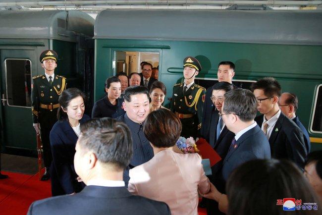 """Лидер Северной Кореи Ким Чен Ынприбыл вКитай снеофициальным визитом. Это первая зарубежная поездка Ким Чен Ына с2011 года, когда онвозглавил КНДР. Китайское информагентство «Синьхуа» <a href=""""https://www.apnews.com/060ca55f694740b9945268b10d7b0090/Kim,-Xi-portray-strong-ties-after-N.-Korean-leader's-visit"""" target=""""_blank"""">подтвердило</a>, что лидер КНДР посещает страну с25 по28марта. Ранее отом, что Ким Чен Ынедет вКитай, <a href=""""https://meduza.io/news/2018/03/26/bloomberg-soobschil-o-pervom-zarubezhnom-vizite-kim-chen-yna-severokoreyskiy-lider-priehal-v-kitay"""" target=""""_blank"""">писали</a> Bloomberg, японские июжнокорейские СМИ, указывая, вчастности, наповышенные меры безопасности попути движения предполагаемого поезда лидера КНДР. ВКитае Ким Чен Ынвстретился слидером КНР СиЦзиньпином, который устроил праздничный банкет вчесть главы Северной Кореи иего супруги."""