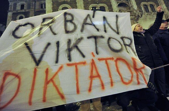 Акция протеста против новой венгерской конституции у здания будапештской оперы, 2 января 2012 года