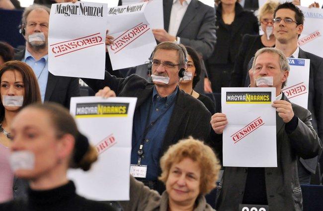 Члены Европейского парламента протестуют против подавления свободы прессы в Венгрии во время выступления Виктора Орбана — Венгрия в тот день стала на полгода председателем Евросоюза. Страсбург, 19 января 2011 года