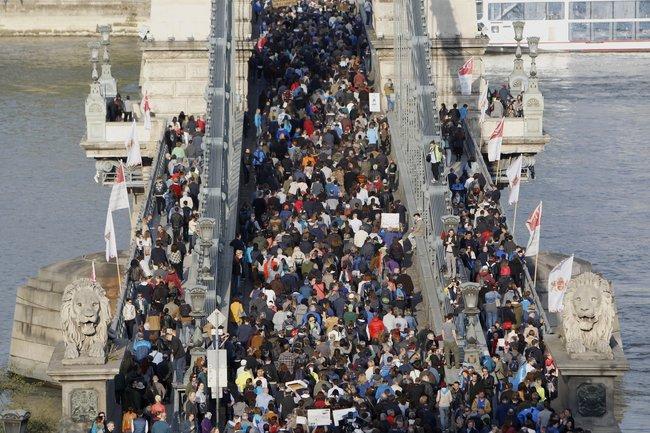 Митинг протеста против законопроекта, угрожающего ЦЕУ, в Будапеште, 9 апреля 2017 года