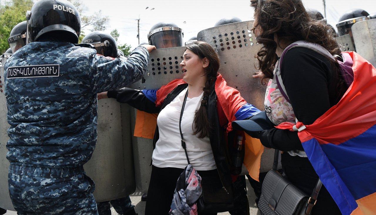 В Армении 10 дней продолжаются акции против бывшего президента, ставшего премьером. На улицы вышли тысячи человек. Главное
