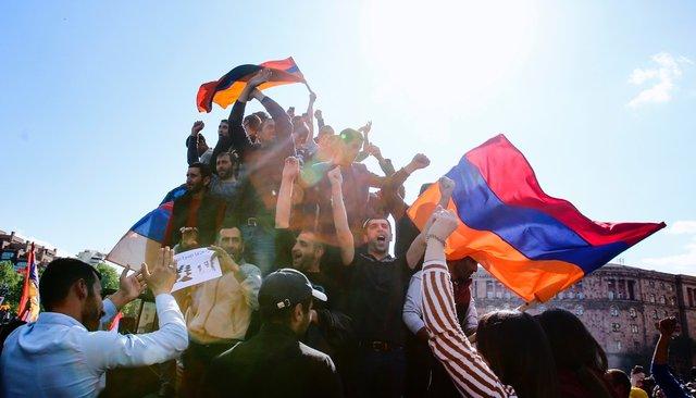 ВЕреване празднуют отставку Сержа Саргсяна, окоторой онобъявил после массовых протестов. Фотография
