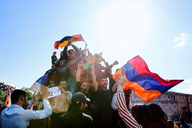 """23апреля нафоне массовых протестов Серж Сарксян <a href=""""https://meduza.io/news/2018/04/23/serzh-sargsyan-podal-v-otstavku-s-posta-premier-ministra-armenii"""" target=""""_blank"""">подал вотставку</a> споста премьер-министра Армении. Доэтого ондва срока был президентом страны инемог баллотироваться втретий раз."""