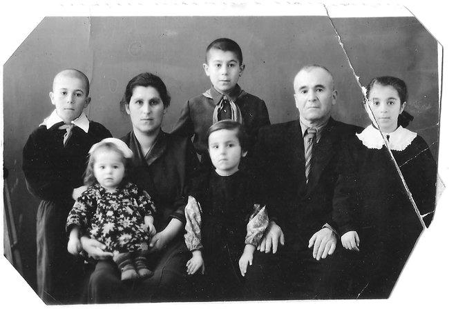 Арутюн Нароян сженой идетьми. 1957 год
