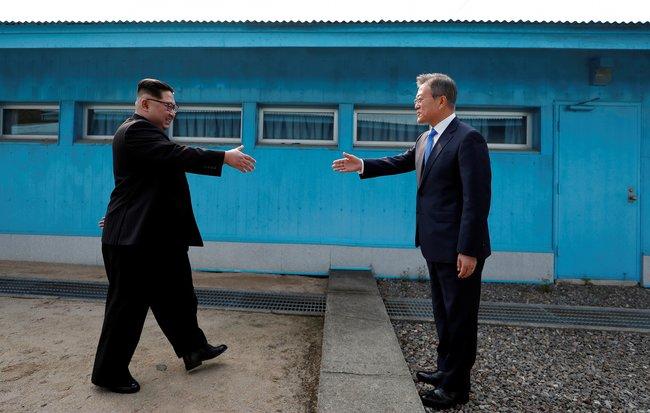 27апреля вприграничном пункте Пханмунджом открылся межкорейский саммит. Главы Северной иЮжной Кореи Ким Чен ЫниМун Чжэ Инвстретились ипожали друг другу руки награнице вдемилитаризованной зоне. Ким Чен Ынстал первым северокорейским лидером, посетившим Южную Корею с1953 года, когда было заключено перемирие вКорейской войне.