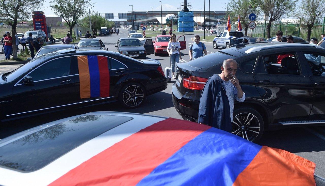 Оппозиция снова перекрывает улицы иплощади— Протесты вЕреване
