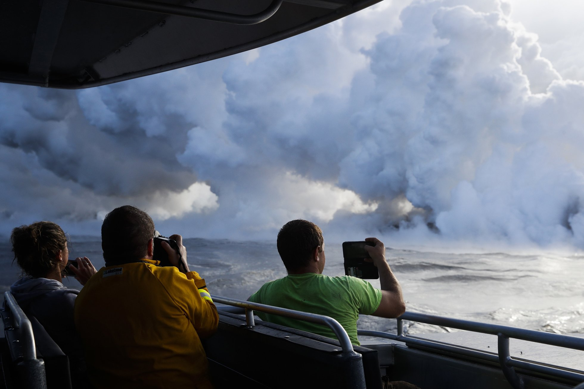 Потоки лавы вулкана на Гавайях достигли океана и образовали токсичное облако: появились шокирующие снимки (1)