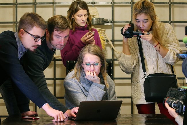 Красовский (второй слева) иСобчак открывают персональную страницу Собчак вофисе «ВКонтакте», 11ноября 2017 года. Слева отКрасовского— бывший пресс-секретарь «ВКонтакте» Георгий Лобушкин, онтакже работал вштабе Собчак