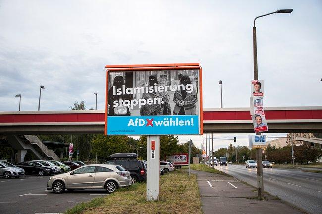 Агитационный плакат партии «Альтернатива для Германии» спризывом остановить исламизацию вберлинском районе Марцан, сентябрь 2017 года