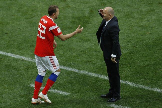 Тренер сборной России Станислав Черчесов отдает честь нападающему Артему Дзюбе после того, как тот забил третий мяч вворота сборной Саудовской Аравии. Матч закончился сосчетом 5:0 впользу России.