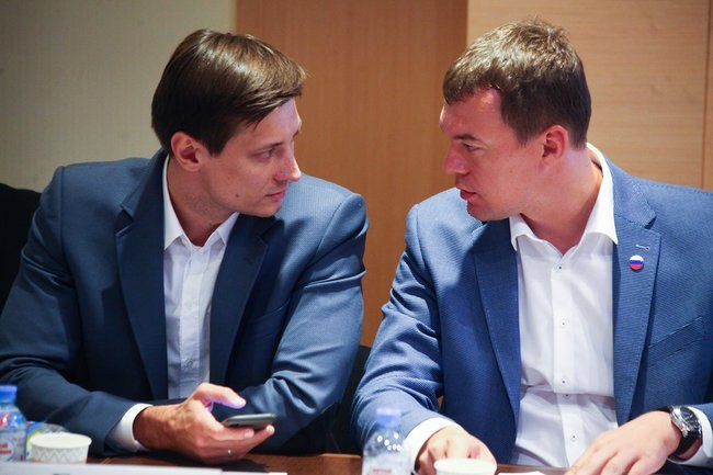 Dmitry Gudkov and LDPR candidate Mikhail Degtyarev at the meeting with Moscow municipal deputies