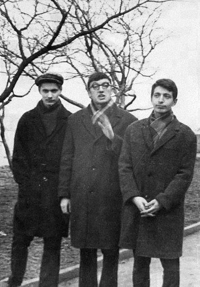 Вячеслав Игрунов (крайний слева) сдрузьями— писателем Анатолием Гланцем иАликом Феллером. Одесса, 1967 или 1968 год