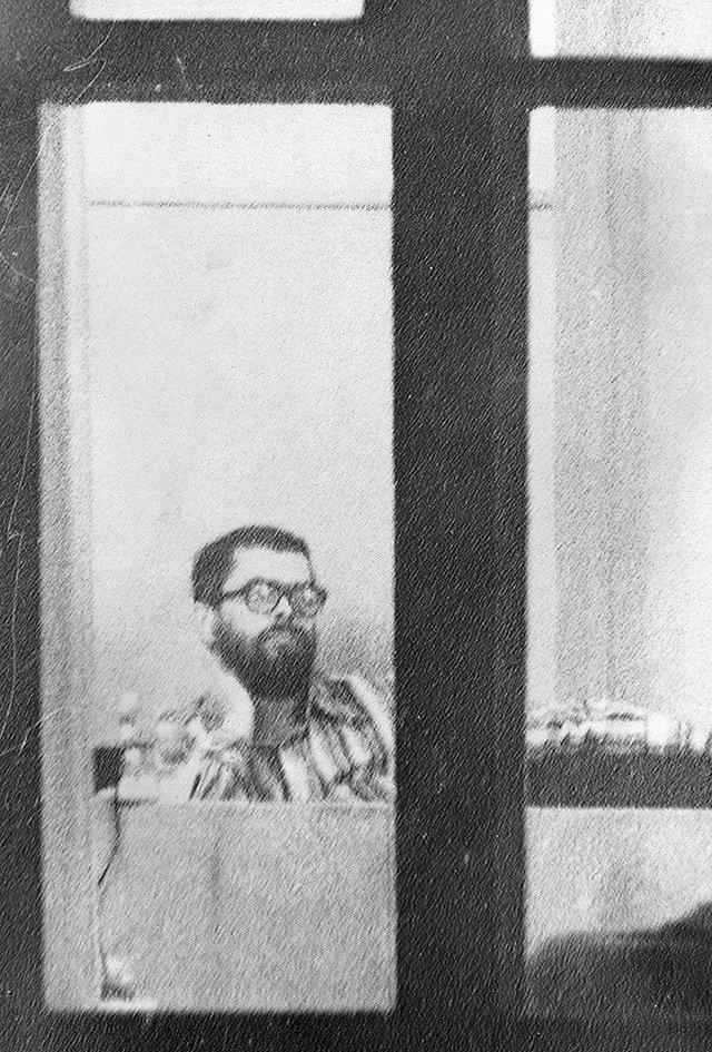 Валерий Абрамкин слушает приговор вМосковском городском суде, 4октября 1980 года. Видимо, именно вэто окно Павловский бросал кирпич