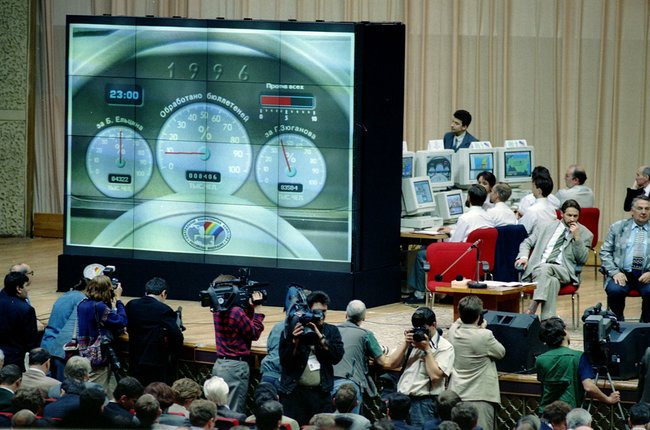 Ночь после второго тура президентских выборов впресс-центре Центризбиркома: экраны показывают цифры, свидетельствующие опобеде Ельцина. 3июля 1996 года