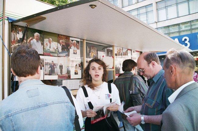 Агитационный стенд вподдержку Бориса Ельцина вМоскве, 9июня 1996 года
