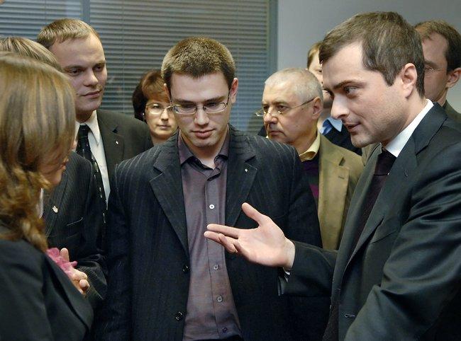 Замглавы АПВладислав Сурков (крайний справа) встречается слидерами прокремлевских молодежных движений. Назаднем плане— Глеб Павловский. Москва, 31января 2007 года