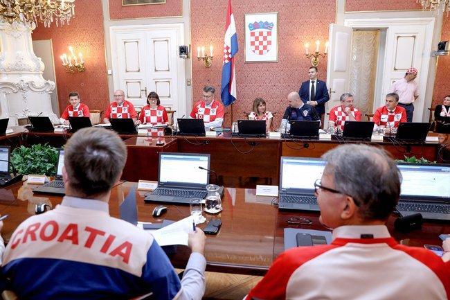 Члены правительства Хорватии, включая премьер-министра Андрея Пленковича, 12июля пришли назаседание кабинета вфутболках национальной сборной. Накануне хорваты победили англичан вполуфинале ЧМ-2018 ивпервые всвоей истории вышли вфинал турнира.