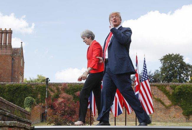 """Президент США Дональд Трамп впервые приехал вВеликобританию софициальным визитом. 13июля Трамп ибританский премьер-министр Тереза Мэй ответили навопросы журналистов врезиденции главы правительства вЧекерсе. Нафотографии Трамп, покидая пресс-конференцию вместе сМэй, отвечает (утвердительно) на<a href=""""https://youtu.be/Tv09Hzo9m4E?t=1h14m30s"""" target=""""_blank"""">заданный</a> ему вдогонку вопрос: «Скажетели выПутину, чтобы ондержался подальше отамериканских выборов?» Встреча Трампа сроссийским президентом Владимиром Путиным пройдет 16июля вХельсинки."""