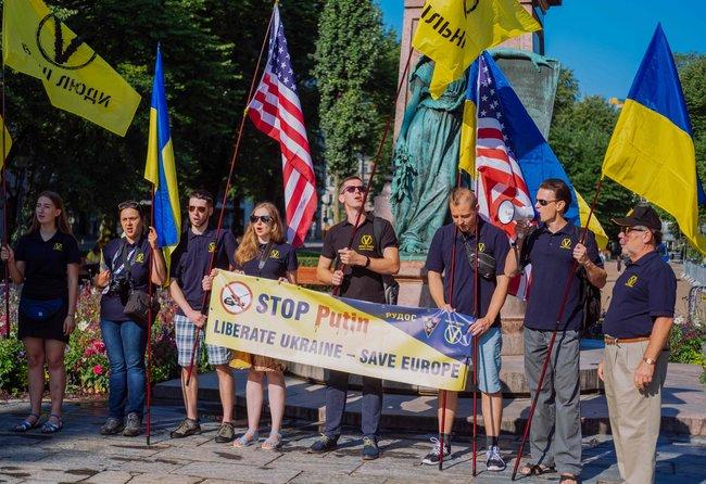 Украинские демонстранты вХельсинки, 16июля 2018 года