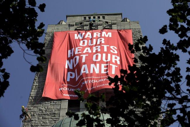 «Согрейте наши сердца, аненашу планету». Плакат «Гринписа» нацеркви вХельсинки, 16июля 2018 года