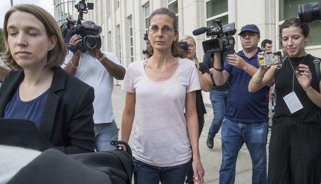 Клэр Бронфман выходит изсуда, 24июля 2018 года
