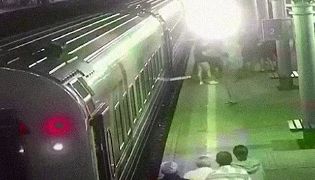 Кадр извидеозаписи драки cкамеры наблюдения наКурском вокзале, распространенной телеграм-каналом Mash
