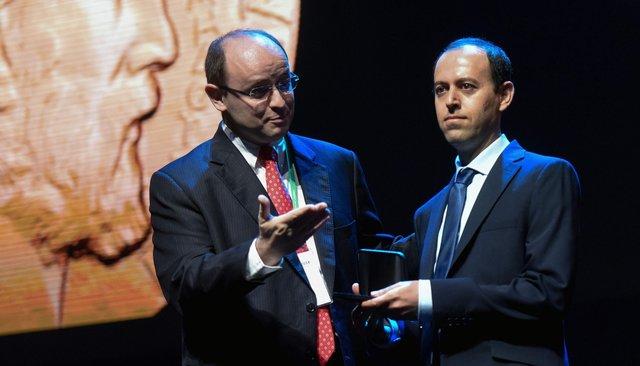 Каучер Биркар (справа) нацеремонии вручения Филдсовской премии вРио-де-Жанейро